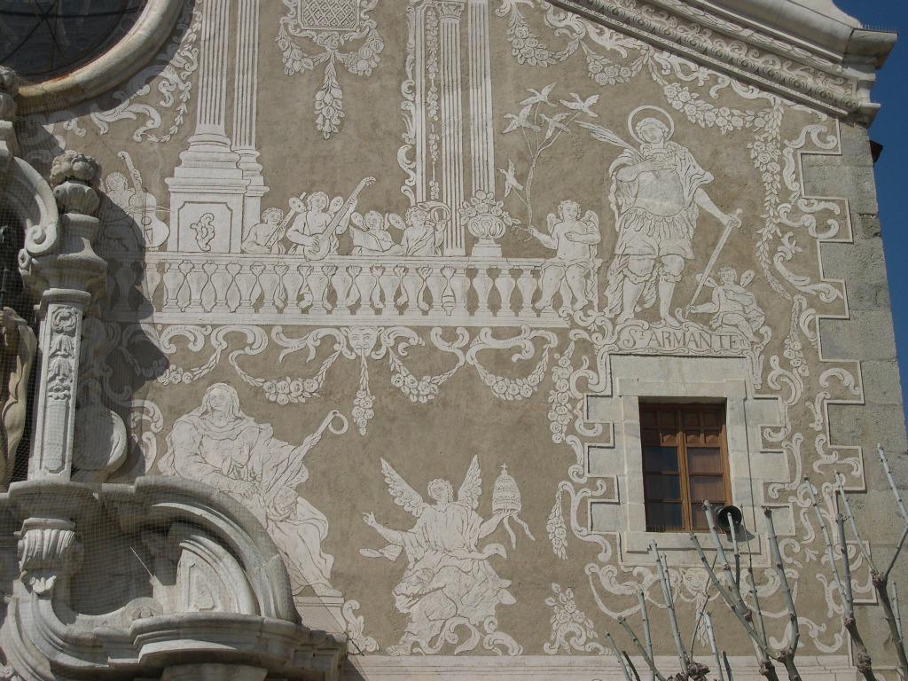 http://www.santceloni.cat/ARXIUS/imatges_generals/patrimoni/Esglesia_parroquial_Sant_Marti._Detall_esgrafiats.jpg